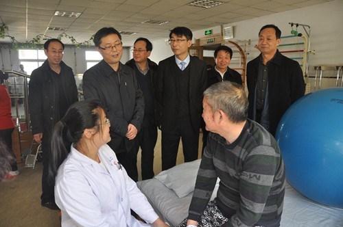 图为安阳市领导袁勇在市残疾人康复教育中心康训室。