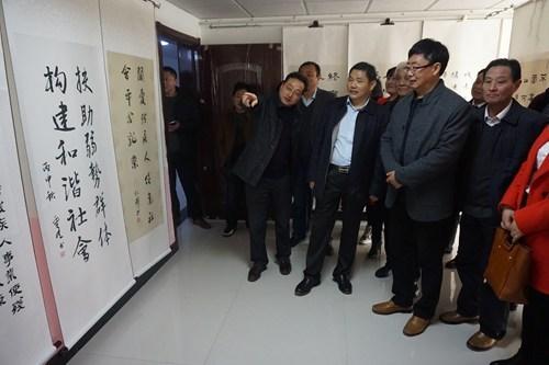 图为县人大副主任张西才县政协副主席杨爱民参观书画展