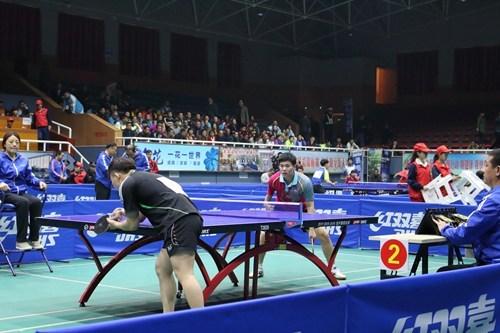 图为我省TT10级残疾人乒乓球运动员卯舒博比赛中