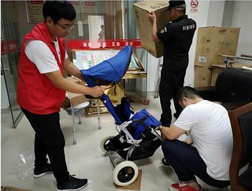 图为儿童轮椅安装现场