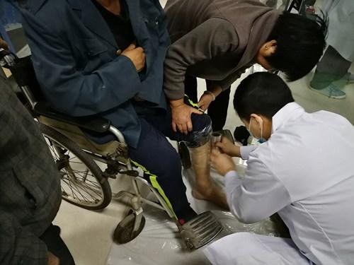图为假肢矫形器适配维修现场二