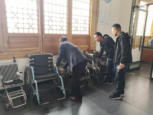 图为景区残疾人辅具站检查现场二