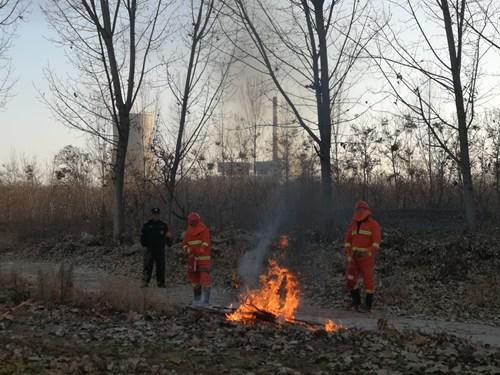 图为消防演练灭火现场