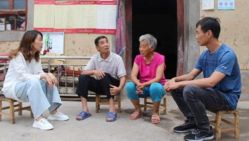 图为残联工作人员到贫困残疾人家中了解生活需求
