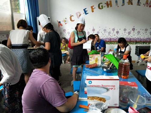 图为:涧西区参训学员学习做蛋糕