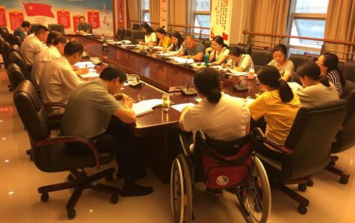 图为:市残联组织党员干部学习市委十一届七次全会精神