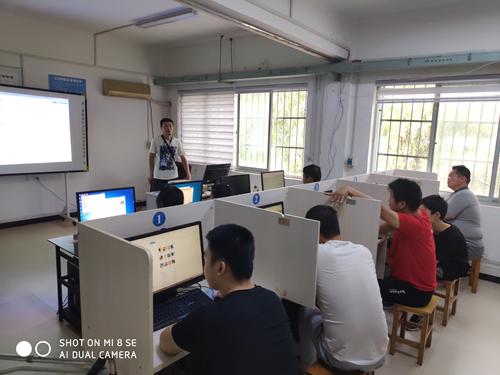 图为:计算机应用培训班
