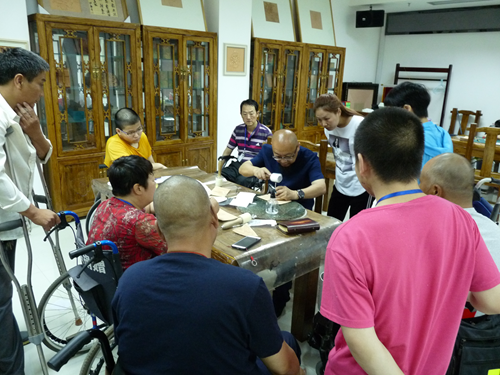 图为:皮雕工艺培训班