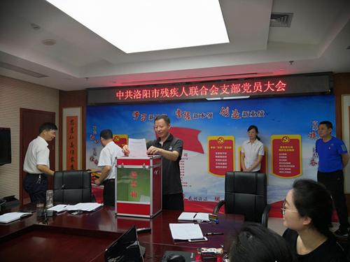 图为:市残联副理事长王海潮同志投票