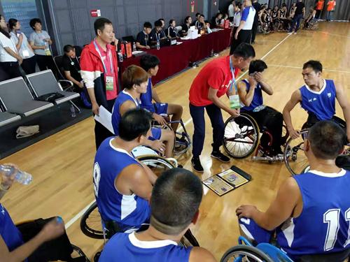 图为:市残联副理事长王海潮到现场比赛为轮篮运动员加油助威