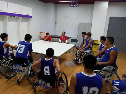 图为:教练在赛前与运动员讨论比赛战术