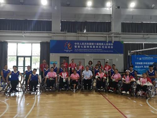 图为:省残联刘峥伟理事看望洛阳轮篮运动员为他们加油助威