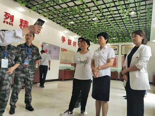 图为:参观革命烈士纪念馆