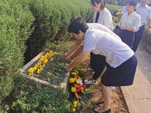 图为:烈士献鲜花