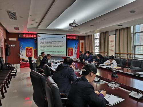 图为:张国美副理事长为全体党员上主题教育专题党课