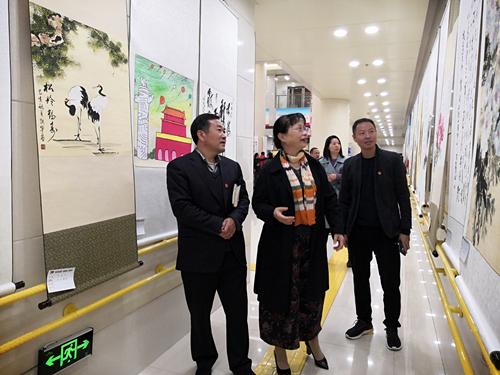 图为:出席活动的领导及嘉宾观看展览