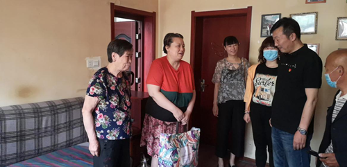 图为: 老城区残联开展走访慰问残疾人活动