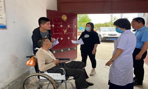 图为: 县残联工作人员与鉴定医生进村入户提供办证北京赛车pk