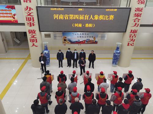 图为:洛阳市残联副理事长张国美在开幕式现场致辞