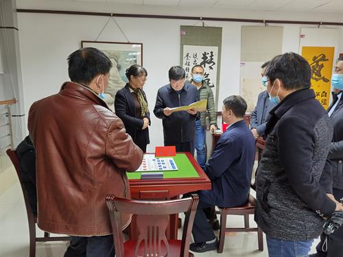 图为:省盲协主席田超为省、市残联领导介绍盲人象棋比赛规则