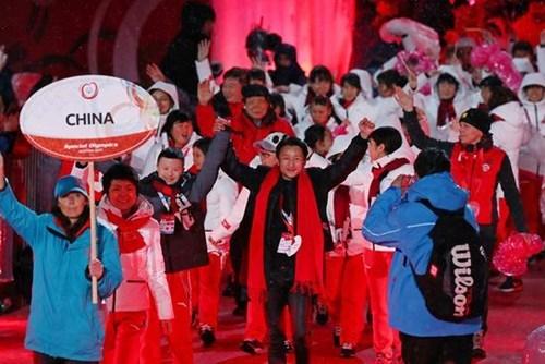 图为中国体育代表团在开幕式上入场