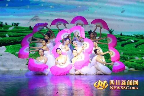 图为四川省残疾人艺术团演员表演的舞蹈《茉莉花》