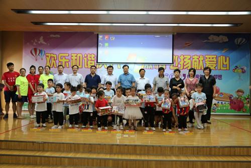 图为濮阳市政府副市长张宏义和其他领导与残疾儿童合影