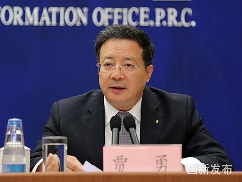 图为中国残联副理事长贾勇在国新办介绍相关内容,并就残疾儿童康复救助问题答记者问