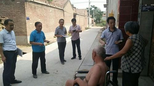 图为:朱理事长询问残疾人家庭情况
