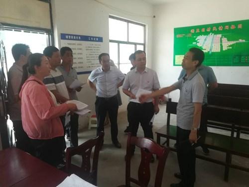图为:朱理事长与驻村扶贫干部进行交流