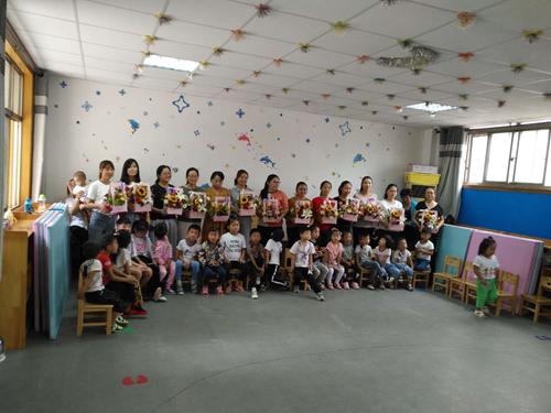 图为:康复中心教师和孩子们
