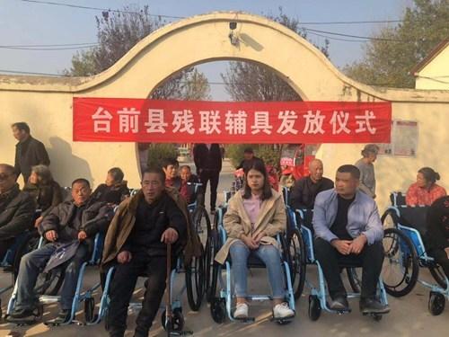 图为:轮椅发放现场