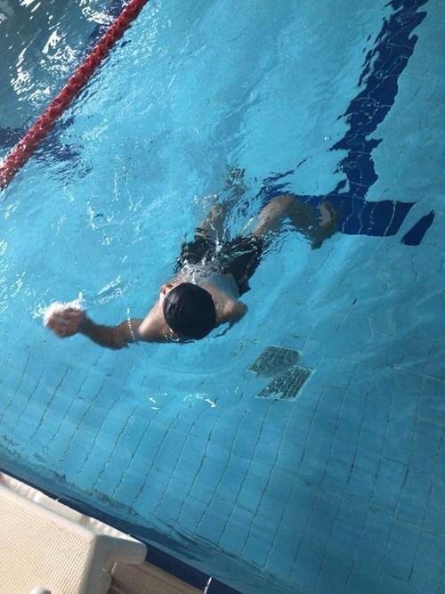 图为游泳比赛现场