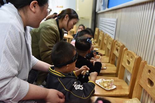 图为听障儿童们一起分享吃蛋糕