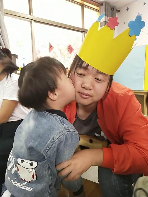 图为听障儿童把做好的皇冠送给妈妈