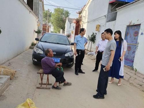 图为济源市领导深入到残疾人 家里了解生活状况3
