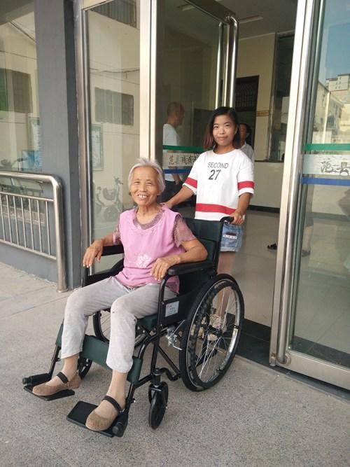 图为为范县张庄乡田老庄村贫困户田绍红发放轮椅