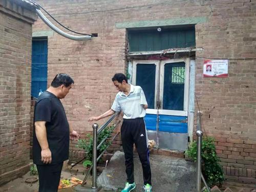 图为赵学恩同志带领部分党员对残疾人家庭无障碍改造项目破损维修情况进行了复查督导