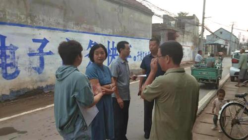 图为市残联党组书记、理事长孙献玲在开发区进行残疾人脱贫攻坚服务指导工作