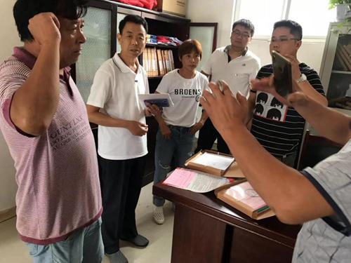 图为市残联调研员朱家广在濮阳县进行残疾人脱贫攻坚服务指导工作