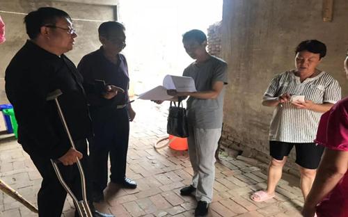 图为市残联调研员朱家广在华龙区进行残疾人脱贫攻坚服务指导工作