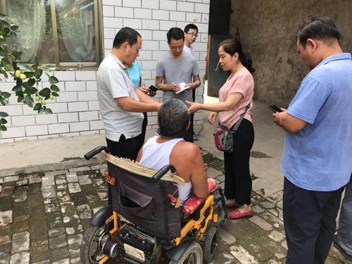 图为市残联调研员朱家广在南乐县进行残疾人脱贫攻坚服务指导工作
