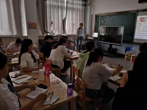 图为康教中心赵瑞丽老师对听觉口语法教学理论进行详细讲解