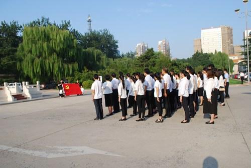 图为参加升旗仪式的党员干部整齐列队,等待升旗仪式开始