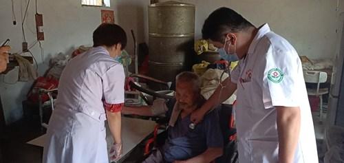 图为范县第三人民医院到杨集乡西桑村贫困残疾人桑仁磊家中义诊