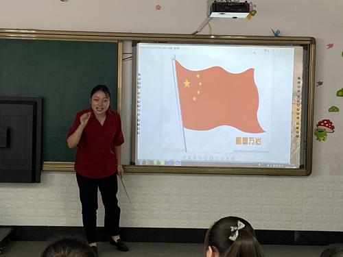 图为 亲子班老师给孩子们讲解五星红旗