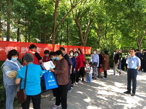 图为开发区残联组织志愿者在颐和广场举办助残日宣传活动