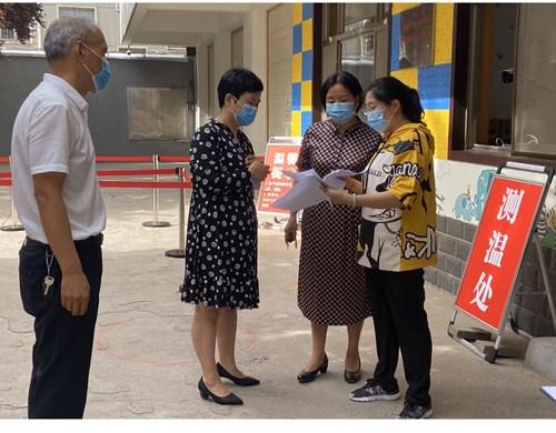 图为濮阳市残联领导检看中心开学复课第一天的工作