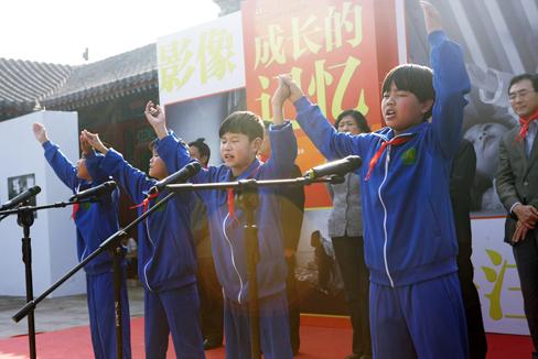 """""""成长的记忆""""关注中国残疾儿童摄影展在京举行"""