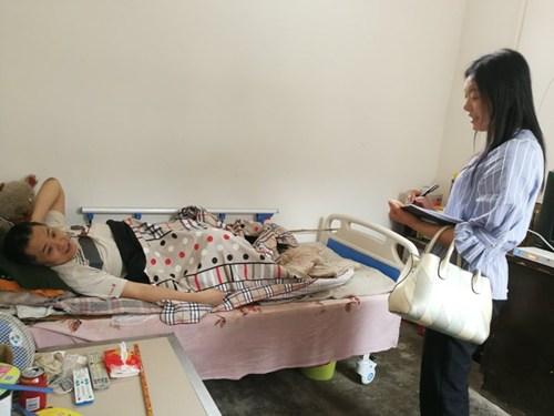图为汝州市残联为70名重度建档立卡贫困残疾人发放护理床